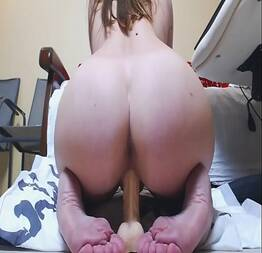 Novinha socadeira senta na pica de borracha