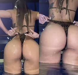 Branquinha tirando o biquíni de dentro da bunda na piscina - Novinha do zap safada