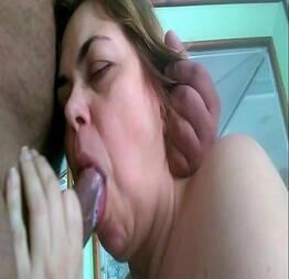 Colocando a coroa pra mamar - Pimenta Porno