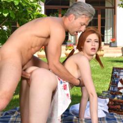 Coroa fodeu a ruiva no picnic