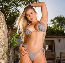 famosinha do insta Grazi Mourão se exibindo em live