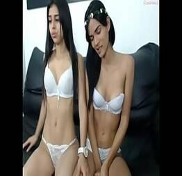 Pela webcam amigas exibem seus corpos