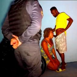 Policial flagra casal fazendo sexo na calçada