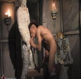 Brent Everett sentando na pica da múmia