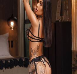 Com look minimalista, Mirella dá empinadinha em frente