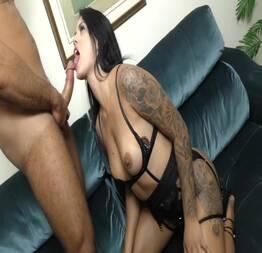 Garota tatuada gostosa batendo boquete - Novinha do zap safada