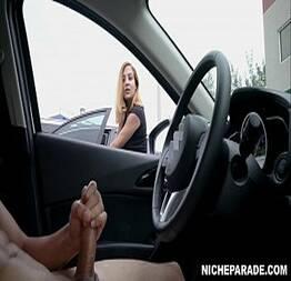 Mostrando o pau no carro pras curiosas safadas
