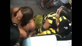 Casal transando no meio do bloco de carnaval