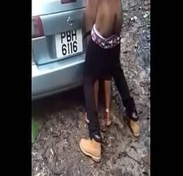 Chamou a neguinha pra passear de carro e meteu a pica nela