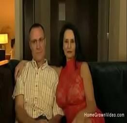 Coroa corno assiste sua esposa dando pra novinho