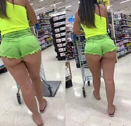 Novinha com short curtinho no mercado