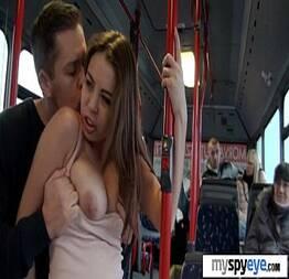 Tarado pegando novinha dentro do ônibus