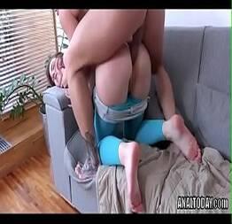Torando o cuzinho da novinha com força