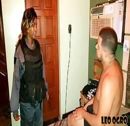 A policial chegou nervosa mas se derreteu na piroca