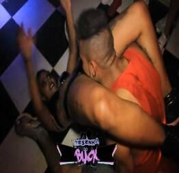 Dançarina gostosa dando uma surra de buceta no palco do baile funk