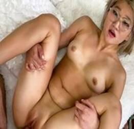 Japinha safada dando a bucetinha em vídeo porno