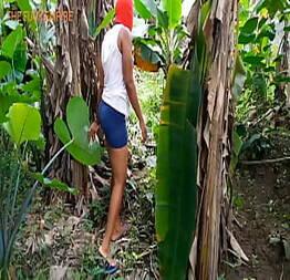 Traindo o marido na plantação de bananas
