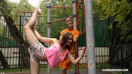 Novinha flexível fode em varias posições