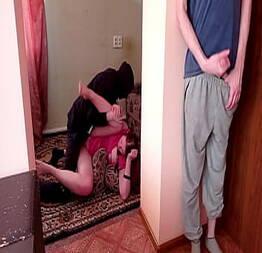 Corninho batendo punheta enquanto espia esposa com o amante