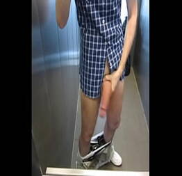 Exibindo a pica no elevador do trabalho - Exhibtionism.com