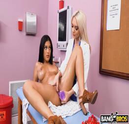Morena gostosa transando com a ginecologista