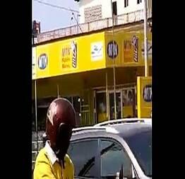 Motoboy dotado batendo punheta na rua - Exhibtionism.com