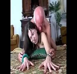 Novinha dando a bucetinha pro velho foder até gozar -