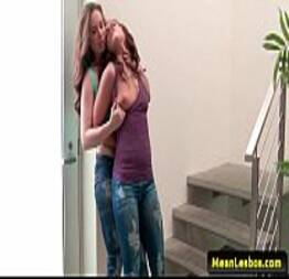 Lésbica tarada pegando amiga a força