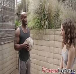 Negão tarado ensina novinha a jogar bola em troca de sexo