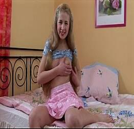 Novinha loirinha linda se masturbando