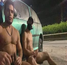 Safados completamente pelados no meio da rua